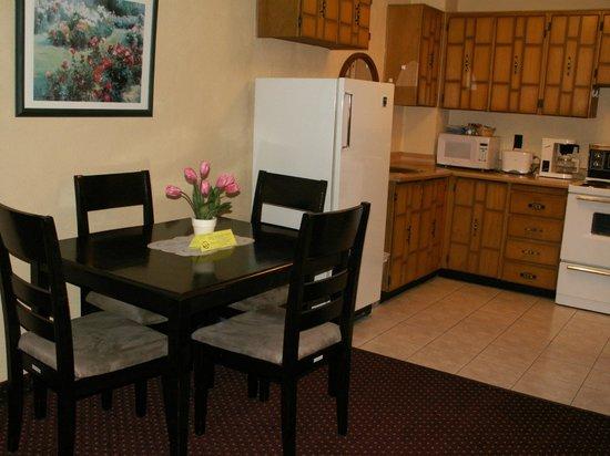 Sand Castle Suites Motel: Two bedroom suite kitchen