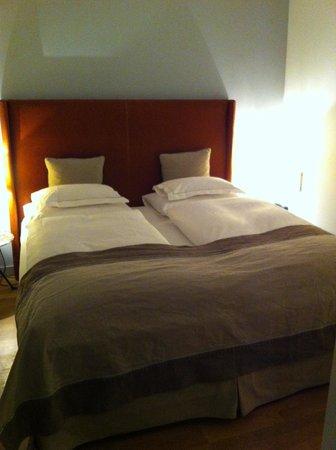 Hotel&Villa Auersperg: so ein komfortables Bett und wunderbare, edle Bettwäsche in weiss... traumhaft