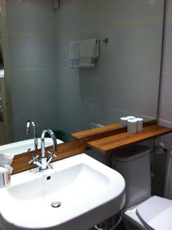 Hotel&Villa Auersperg: modern renoviertes Badzimmer... minimalistisch, aber stilvoll