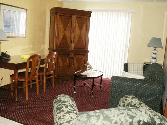 Sand Castle Suites Motel: living room one bedroom