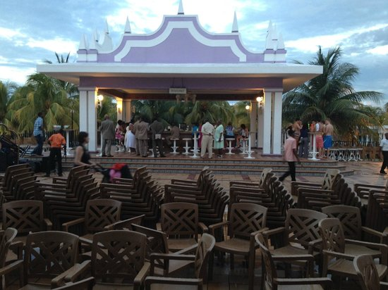 Hotel Riu Montego Bay: One of the bars nearest the stage