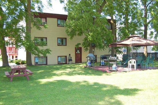 Sand Castle Suites Motel: back yard