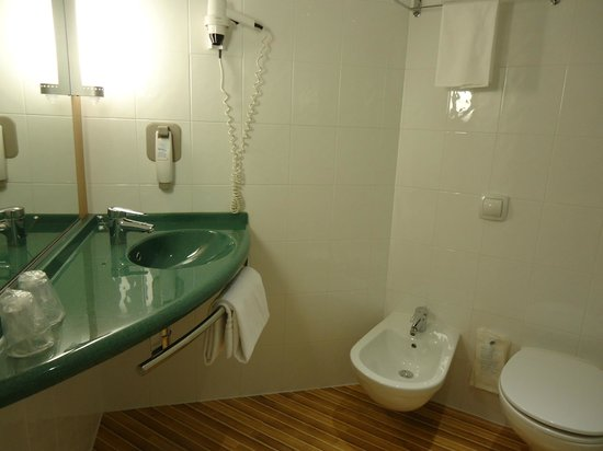 Ibis Como: WC, bidet et de la place autour du lavabo