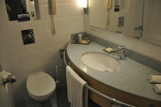 Hilton Düsseldorf: Small bathrooms