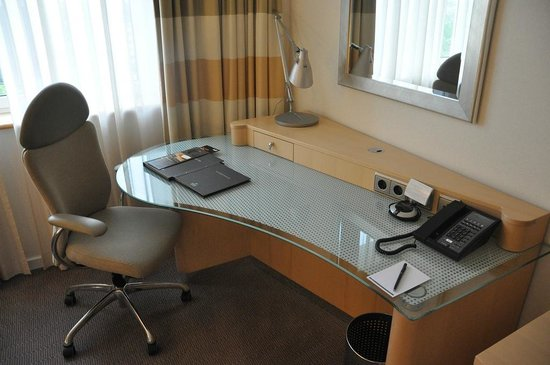 Hilton Duesseldorf : A good workspace in each room