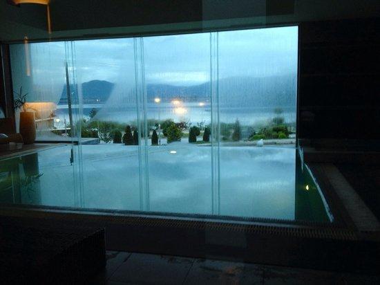 Limneon Resort & Spa: Piscina relax con vista lago