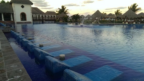 Now Sapphire Riviera Cancun : Built in chairs