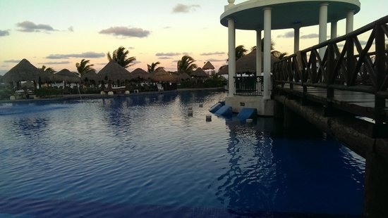 Now Sapphire Riviera Cancun : Another view of main pool