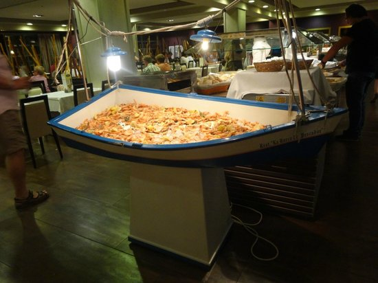 Hotel Elba Carlota: A ship of shrimps. Creative! Think my girlfriend is in there somewhere
