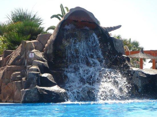 Hotel Elba Carlota: A little waterfall in the pool