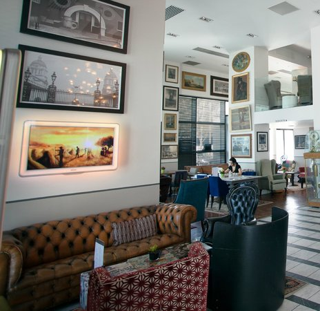 Tompkins: Lounge Bar Area