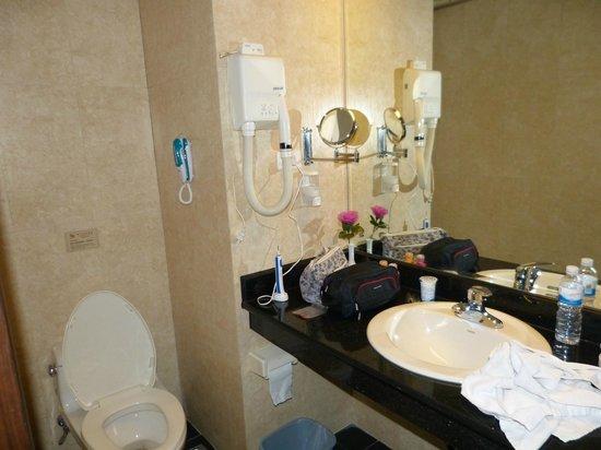 Hexi Hotel, Lijiang: Kleine badkamer, maar verder prima