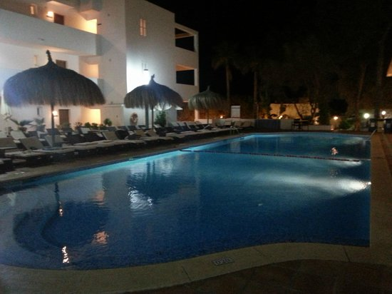 Aparthotel Ferrera Blanca: One of the three pool areas by night.