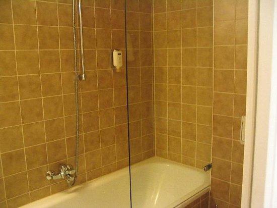 Central Hotel-Apart: Detalle de la bañera