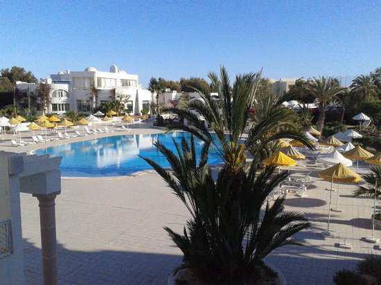 Hotel Isis Thalasso & Spa : Piscine vue de la chambre 303
