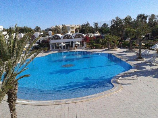 Hotel Isis Thalasso & Spa : Piscine vue de la terrasse réception