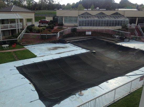 Days Inn Charlottesville/University Area : the pool area