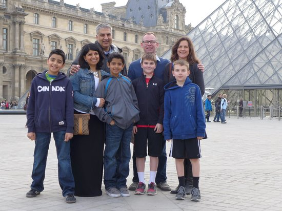 THATLou, Treasure Hunt at the Louvre : Eight of us before the hunt!