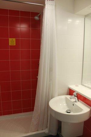 Travelodge Barcelona Poblenou: Badkamer, heerlijk schoon en een fijne douche!