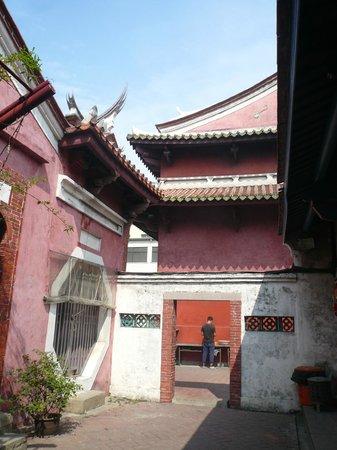 Ji Dian Wu Miao: 右手の廟に朱衣天子鉛筆が置かれている