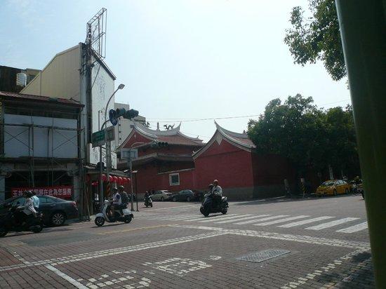 Ji Dian Wu Miao : 赤嵌楼と祀典武廟は民族路2段と永福路2段の交差点にある