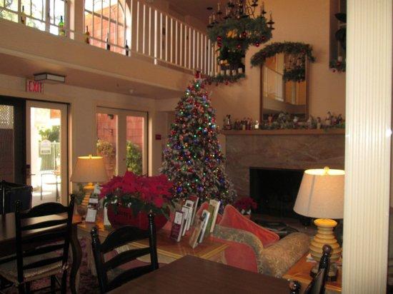 Best Western Plus Elm House Inn: Lobby during the holidays