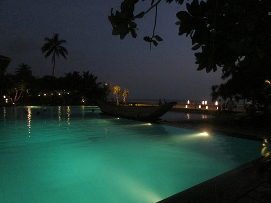 Heritance Ahungalla: Infinity pool at night