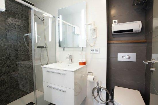 Okako Hotel: Bathroom