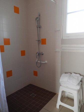 P'tit Dej-HOTEL Ile de Re : salle de bain mignonne