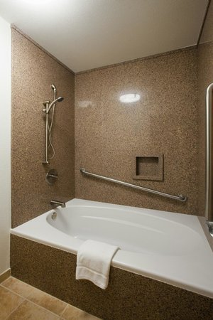 Winners Circle Resort: Spa Tub in Two Bedroom Suite