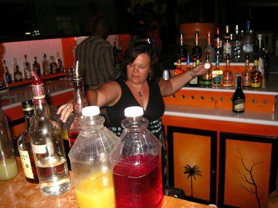 Coco Palm Resort : Friday night bar maid !