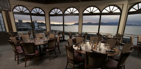 Neptune's Waterfront Grill & Bar : Golden Gate room at sunset