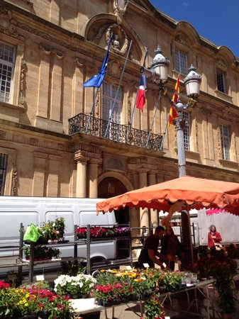 Tastes of Provence - Tours : Ended in flower market and Hotel de Ville, even got a glimpse of the newly re-elected Mayor!