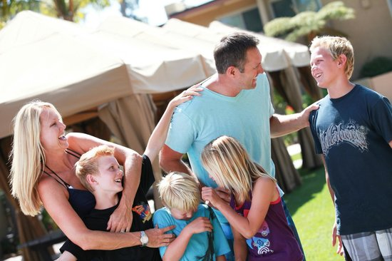 Winners Circle Resort: Family Lounging by Picnic Tables and BBQ