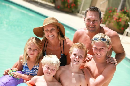 Winners Circle Resort: Family Lounging by WCR Pool