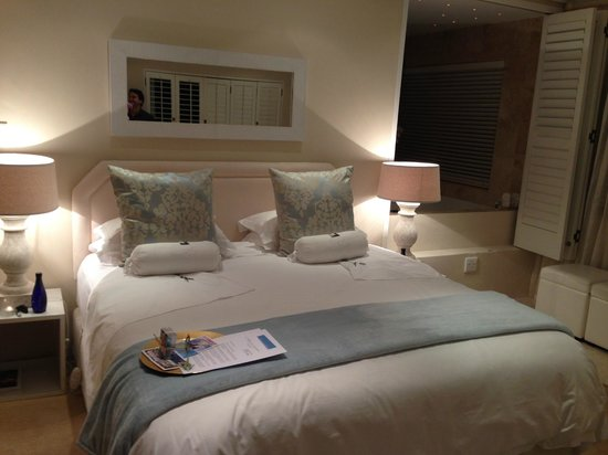 Atlantic Suites Camps Bay: Everyday new room assortment with chocolates!
