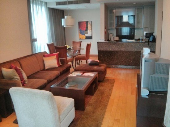 Ascott Sathorn Bangkok : Nice big living room and kitchen space.
