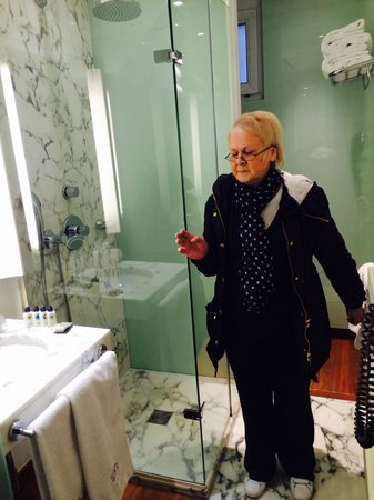 Artus Hotel by MH : Checking out the shower room!! Bliss!