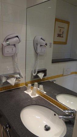 Vienna House Magic Circus Paris : Bathroom sink area