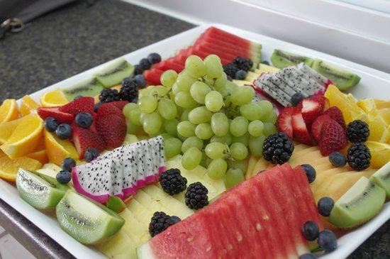 Catering fruit platter foto di the advocate restaurant for Asian cuisine sudbury