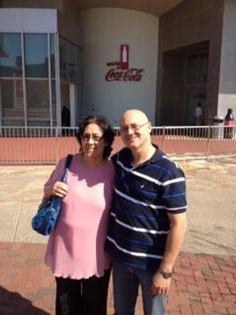 World of Coca-Cola: Eu e Mama em frente a The Coca-Cola Company