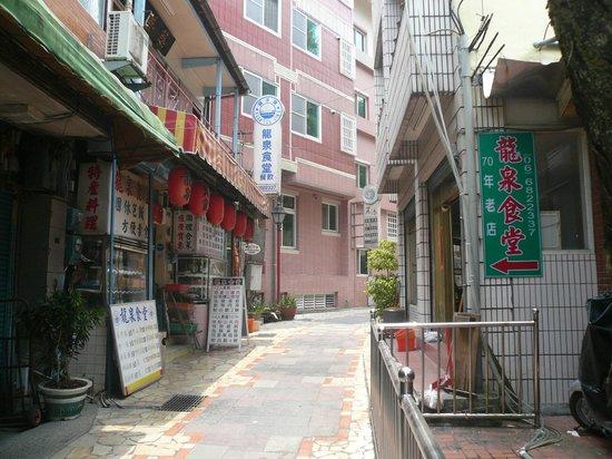 Guanzi Hill (Guan Zi Ling) : 麓側の温泉街メインストリート