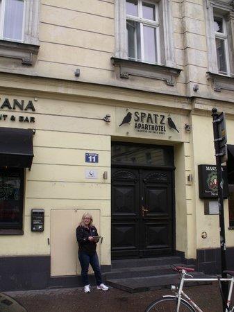 Spatz Aparthotel : Street view of hotel