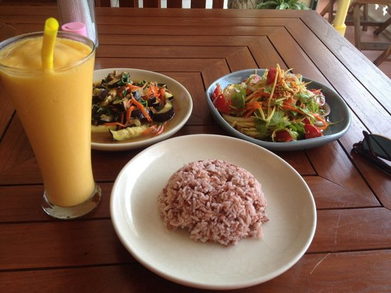 Anchan Vegetarian Restaurant: Mango lassi, egg plant and green mango salad