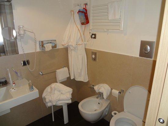 Best Western Hotel Armando: Ванная с халатами