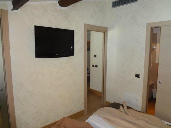 Best Western Hotel Armando: Телевизор в спальне