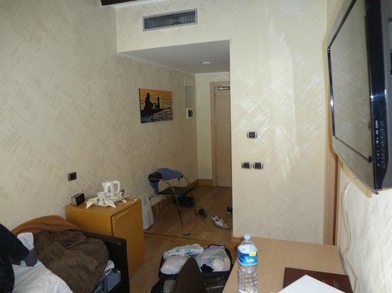 Best Western Hotel Armando: Гостиная-прихожая и минибар