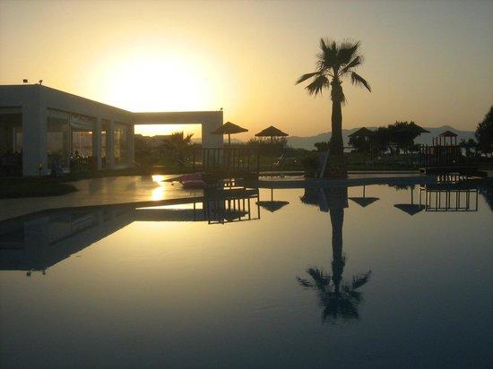 Geraniotis Beach Hotel: Zachód słońca z nad basenu przy barze:)