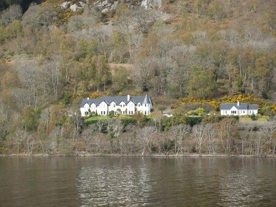 Loch Ness Lodge: Lodge  vom Schiff aus gesehen