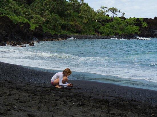 Waianapanapa State Park Cabins: Gorgeous, fun beach
